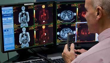 Врач рентгенолог готовит заключение по результатам ПЭТ КТ